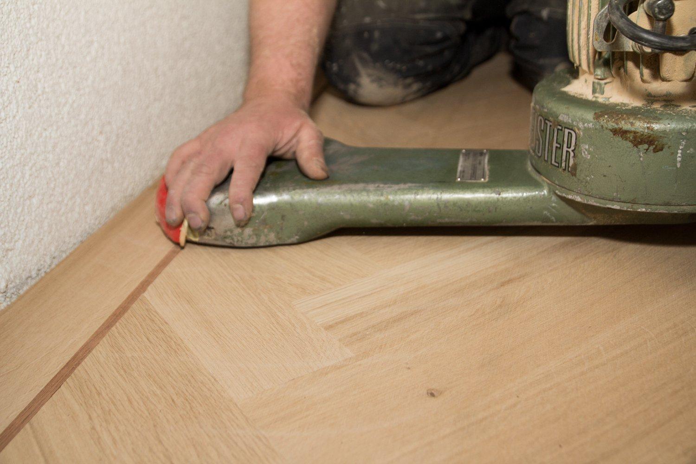 De vloeren expert schuren en white wash oude houten vloer